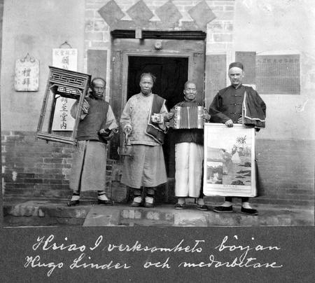 Hugo Linder tillsammans med medarbetare evangeliserar på utposten Xiaoyi (Hsiao I)